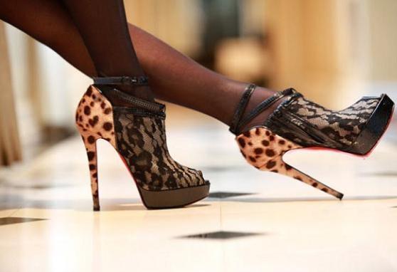 sandália salto oncinha